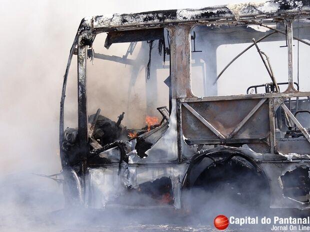 Ônibus da Viação Canarinho pega fogo e desespera passageiros em Corumbá