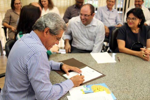 André assina convênios, recebe médicos residentes e entrega viaturas