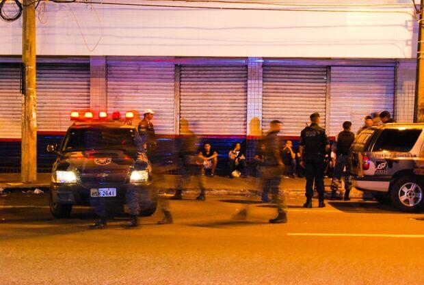 `Black blocks campo-grandenses` são contidos pela PM após atear fogo em boneco de Puccinelli
