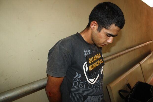 Rapaz é detido por populares após assaltar mercearia em Dourados