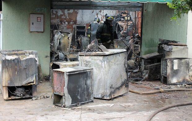 Incêndio destrói loja na Rua Sergipe  e atinge viatura do Corpo de Bombeiros