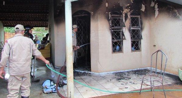 Criança risca fósforo e provoca incêndio em residência