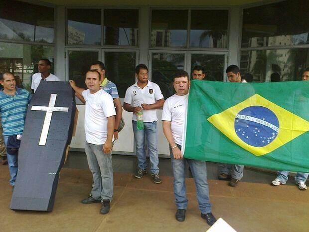 Aprovados em concurso da Guarda Municipal fazem manifestação em frente a Prefeitura
