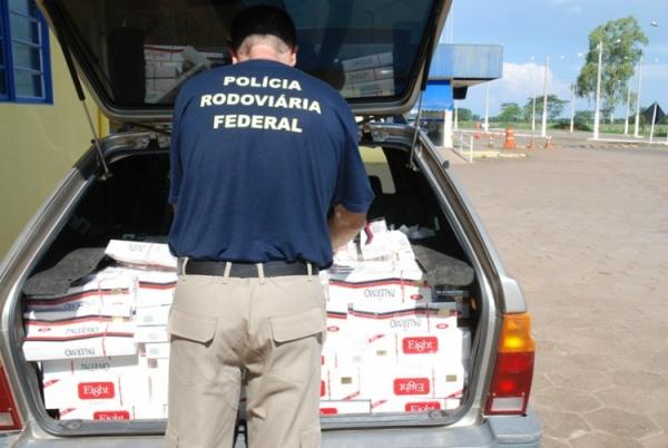 PRF apreende veículo carregado de cigarros contrabandeados