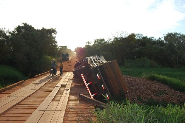 Eixo de caminhão carregado com mandioca quebra e veículo tomba na MS-276
