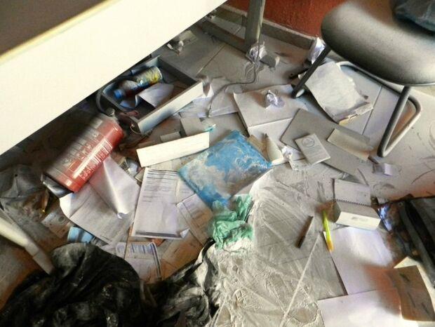 Ladrões invadem escritório pelo teto e fazem 'zona' com extintor