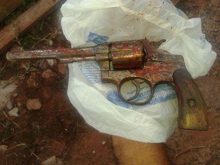 Arma ensanguentada é encontrada em quintal na Mata do Jacinto