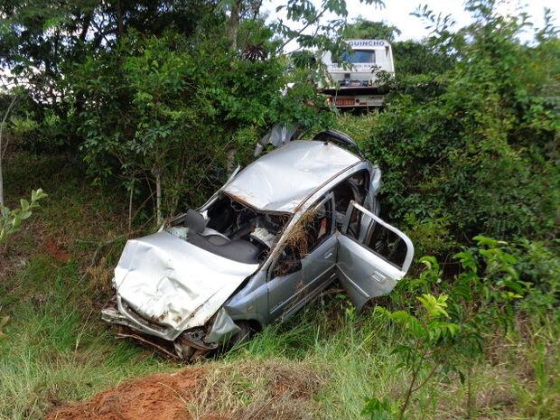Carro roubado usado para contrabandear cigarros capota em Brasilândia