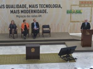 Dilma assina decreto autorizando migração de rádios AM para FM