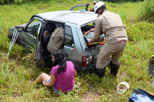 Veículo tenta fazer ultrapassagem e capota com cinco passageiros em Ivinhema