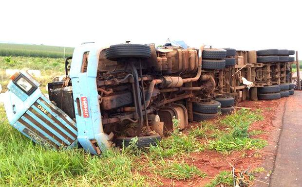 Caminhão que transportava algodão tomba em curva da BR-262
