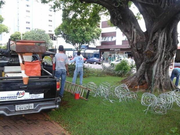 Prefeitura começa a desmontar decoração de natal que causou polêmica na Capital