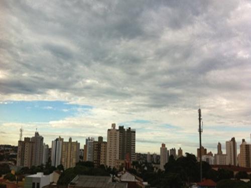 Céu firme e possibilidades de chuva ao longo do dia
