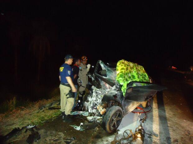 Carros colidem e jovem de 23 anos morre na BR-163