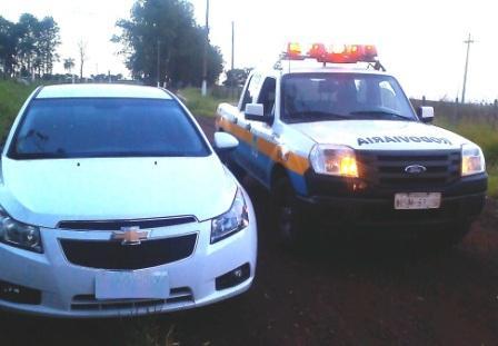 Bandidos roubam carro e abandonam em estrada vicinal