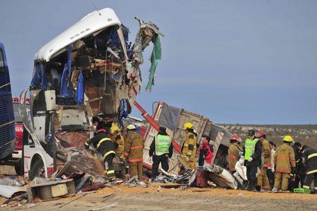 Choque entre caminhão brasileiro e ônibus mata ao menos 17 na Argentina