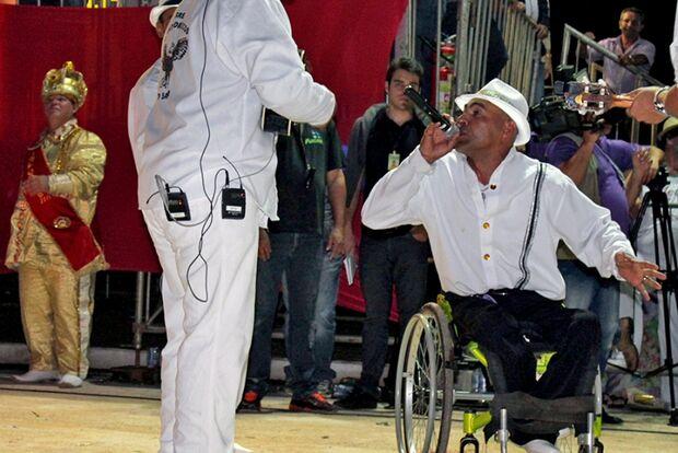 'Minha família e a música me fazem sentir vivo', diz cadeirante intérprete do samba-enredo da Catedr
