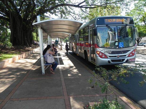 Distraída, idosa tem bolsa roubada em ônibus e perde R$ 3 mil