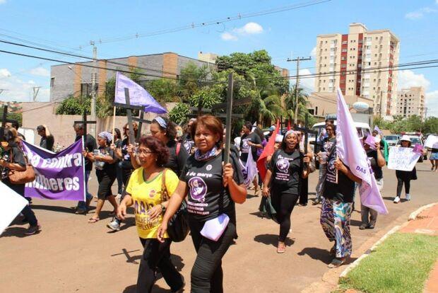 Mulheres exigem 'Respeito' durante manifestações em Campo Grande