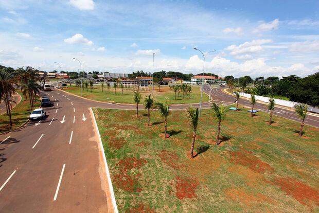 Avenida sem sinalização causa transtornos para alunos de escola