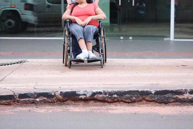 Passarela na Vila Progresso complica trânsito local e deixa cadeirantes sem acesso