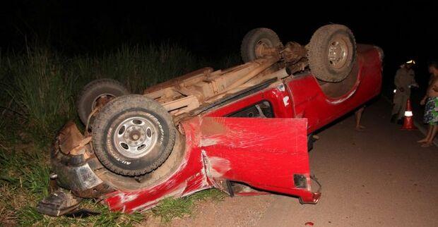 Homem capota caminhonete e abandona mulher seminua na BR-163