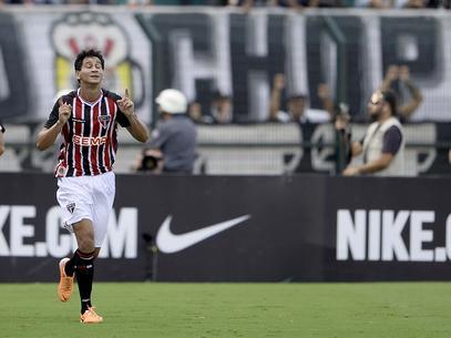 No Pacaembu, São Paulo vence clássico e complica Corinthians
