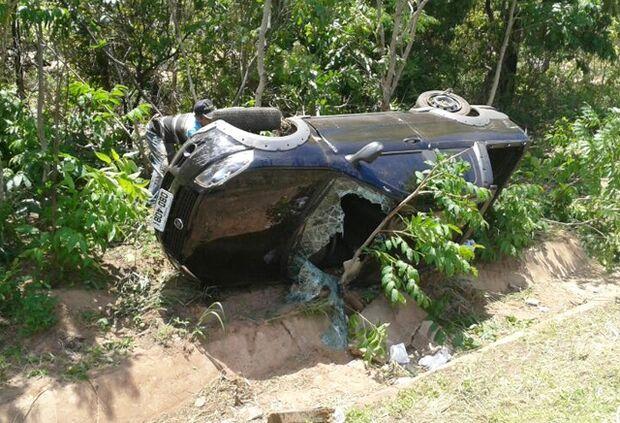 Veículo com quatro pessoas capota e só motorista sofre ferimentos