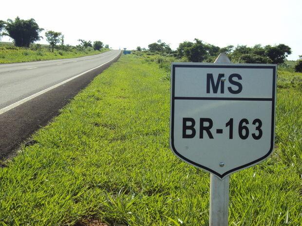 Caminhão tomba na BR-163 e espalha carga de soja pela rodovia