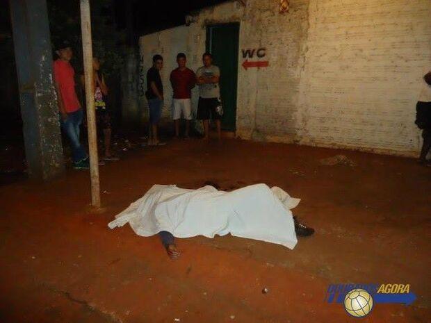 Homem é assassinado e outro baleado enquanto bebiam em bar