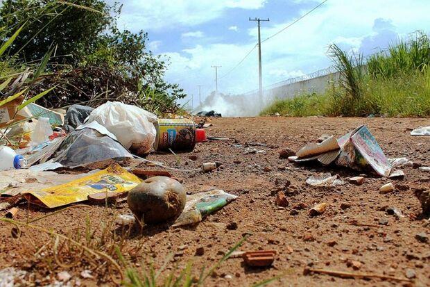 Sem fiscalização moradores transformam ruas da Capital em lixão