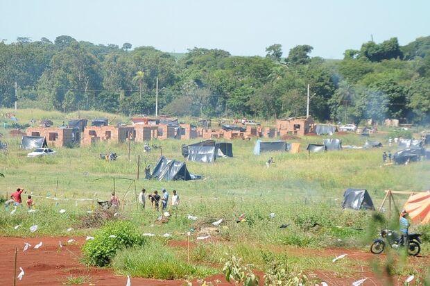 Grupo de 50 famílias invade terreno do Clube Atlético Douradense