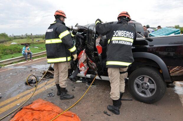 Colisão entre caminhonetes provoca duas mortes próximo a Nova Andradina