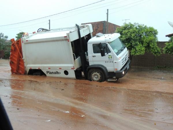 Caminhão de lixo cai em buraco em Três Lagoas