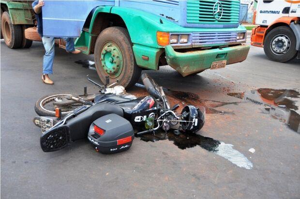 Caminhão invade preferencial e atinge motociclista