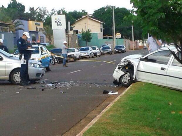 Mulher é fechada por moto, invade canteiro e provoca acidente