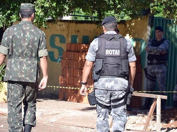 Pedreiros acham artefato explosivo próximo a estádio e PM interdita rua em Aquidauana