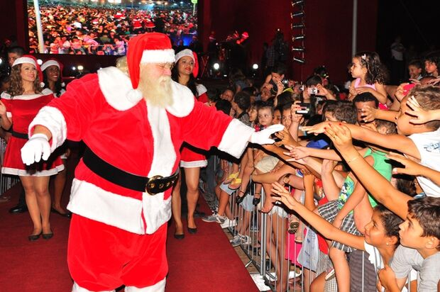 Bosque dos Ipês reúne multidão para ver chegada do Papai Noel e Patati e Patatá