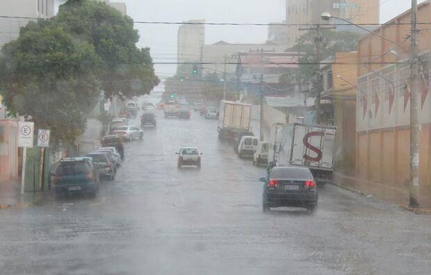 Defesa Civil alerta para risco de chuvas fortes no Estado amanhã