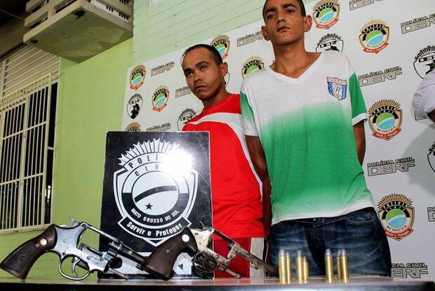 Dupla que fornecia armas para criminosos é apresentada em Delegacia da Capital