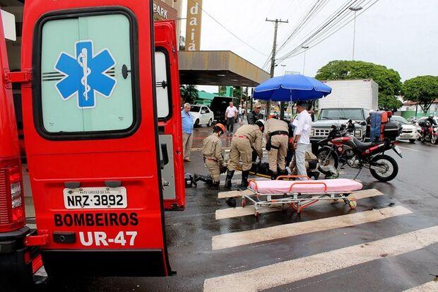 Motoqueiro ultrapassa pela direita na Afonso Pena e sofre acidente com mulher grávida