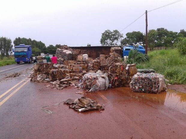 Astra colide contra caminhão de recicláveis que tomba na BR-163