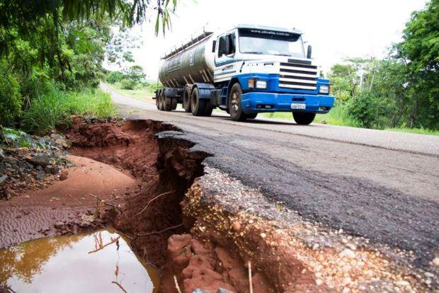 Erosões na rodovia BR-376 em Deodápolis colocam em risco a vida da população