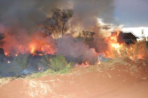 Incêndio em terrenos baldios assusta moradores em Batayporã