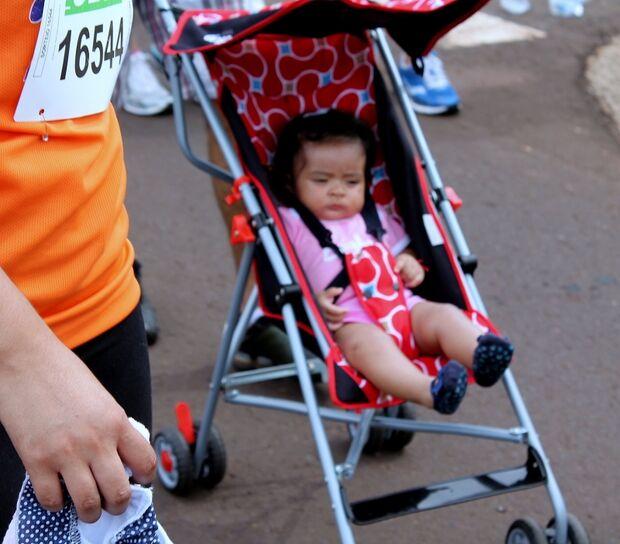 Sem saber andar, Júlia completa prova dos 7km