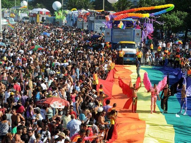 Milhares de pessoas participam da Parada LGBT no Rio