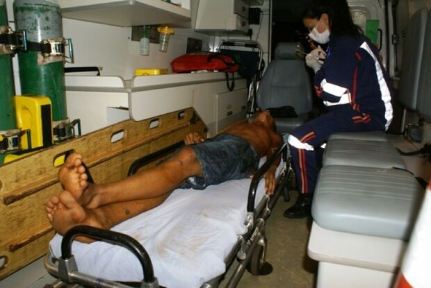Dupla assalta trabalhadores, troca tiros com PM e um é baleado