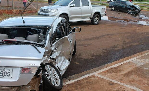 Honda Civic não consegue realizar curva, atravessa canteiro e bate em Vectra no Buriti