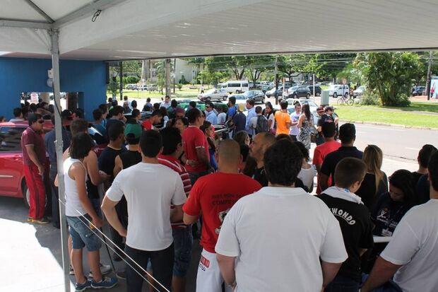Aproximadamente 100 pessoas aguardaram por autógrafo de Minotauro