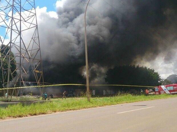 Incêndio de grandes proporções em fábrica de piscina na saída pra Três Lagoas mobiliza Bombeiros da